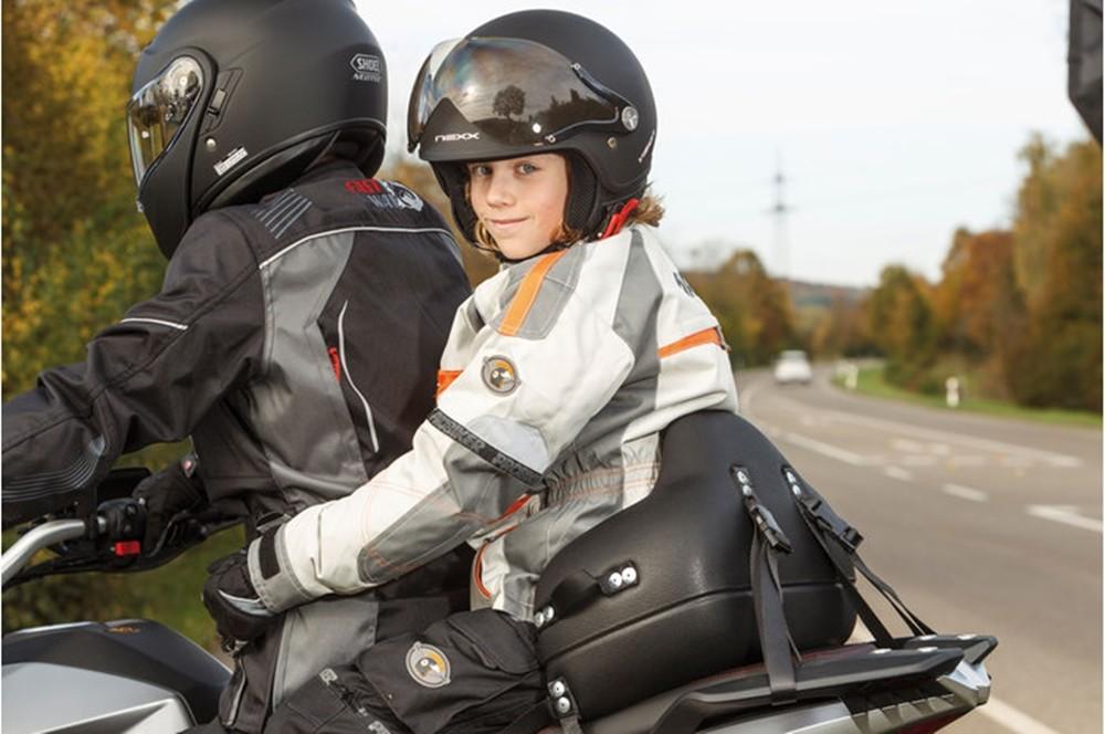 ¿LLevar niños en moto?